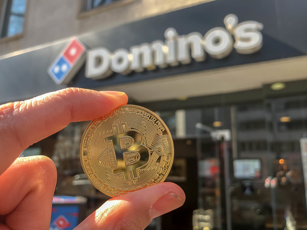 Почему франшиза пиццерий Domino's предложила сотрудникам зарплату в биткоине?